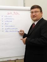 Akademie-Leiter Andreas Franken vor einer Flipchart