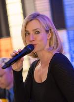 Stimm- und Persönlichkeitstrainerin Ariane Jacobi moderiert am Mikrofon