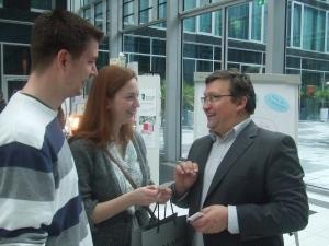 Akademie-Leiter Andreas Franken berät ein Paar, das bald heiraten will, zu seiner Hochzeitsrede
