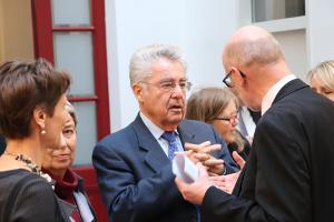 Der ehemalige österreichische Bundespräsident Heinz Fischer im persönlichen Gespräch am Rand einer Veranstaltung