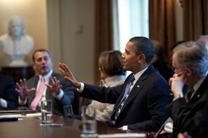 US-Präsident Obama gestikuliert am Besprechungstisch mit der rechten Hand