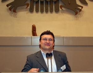 Akademie-Leiter Andreas Franken am Rednerpult des Deutschen Bundestags im Bonner 'Wasserwerk'