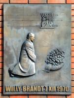Gedenkstein mit dem Kniefall des ehemaligen Bundeskanzlers Willy Brandt in Warschau