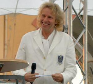 Thomas Gottschalk steht auf einer Bühne und lächelt