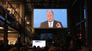 Kanzlerkandidat Peer Steinbrück bei einem Public Viewing auf der Video-Leinwand