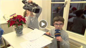 In der AMAKOR hält ein WDR-Kinderreporter eine Neujahrsansprache, während ein anderer ihn dabei mit der Kamera filmt