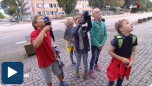 5 WDR-Kinderreporter auf offener Straße mit Mikrofon und Kamera