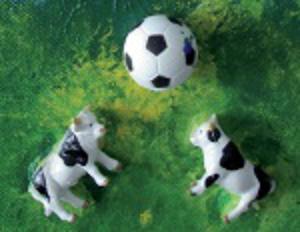 modernes Kunstwerk von Annabelle Franco, auf dem 2 Kühe einen Fußball hin- und herköpfen