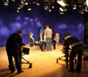 Medientraining in einem TV-Studio mit Kameras und Scheinwerfern