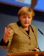 Bundeskanzlerin Angela Merkel gestikuliert am Rednerpult