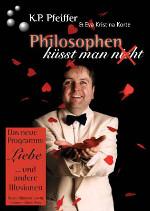 Plakat mit Storytelling-Dozent Dr. Klaus-Peter Pfeiffer, der im weißen Anzug rote Papierherzen fliegen lässt