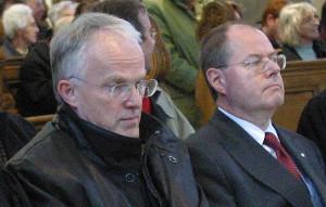 Jürgen Rüttgers und Peer Steinbrück sitzen schweigend nebeneinander in einer Veranstaltung