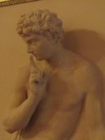 klassische Statue aus Stein, die einen Finger vor den Mund hält