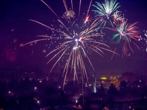 Silvester-Feuerwerk über einer Stadt