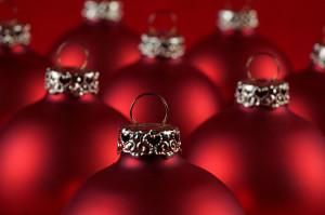 viele rote Weihnachtskugeln