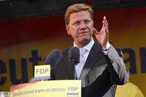 FDP-Vorsitzender Guido Westerwelle spricht am Rednerpult und gestikuliert mit einer Hand
