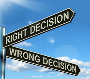 Straßenschilder mit den Beschriftungen 'Right Decision' und 'Wrong Decision'