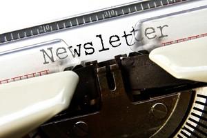 Schreibmaschine,  auf der das Wort 'Newsletter' getippt wurde