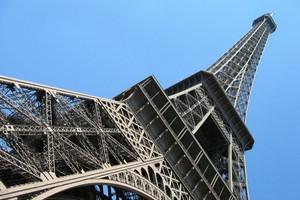 Eiffelturm von unten betrachtet