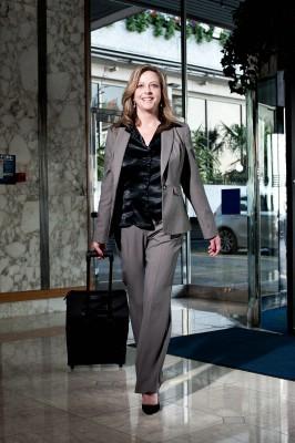 selbstbewusste Geschäftsfrau mit Trolley