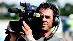 Kameramann mit Kopfhörer auf den Ohren und Aufnahmegerät auf der Schulter