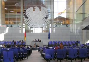 Plenarsaal des Deutschen Bundestags mit Bundesadler
