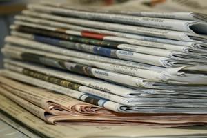 aufeinandergestapelte Zeitungen