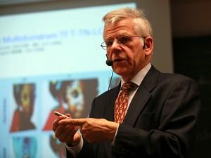 Redner mit Headset vor Präsentationsfolie