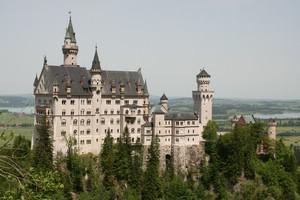 prächtiges Schloss auf einem Berg