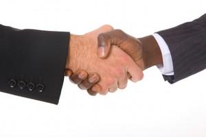 zwei Hände greifen ineinander